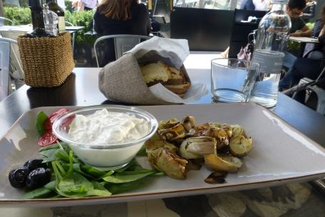 Mozzarella with artichokes for lunch
