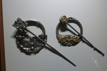 Viking clasps - looks Elvish to me